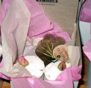 Rose scented bath bomb gift set with chocolate spice daisy soap